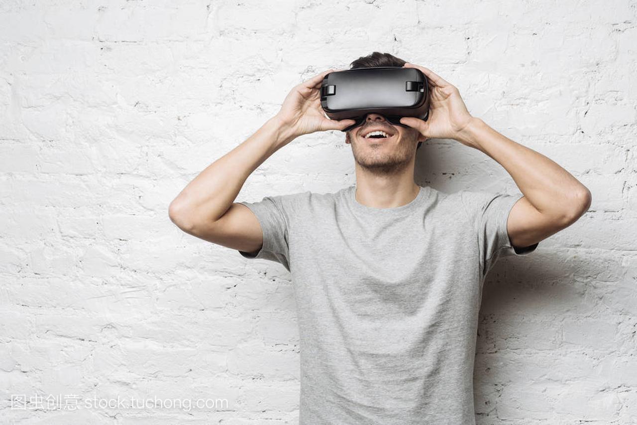帅欧洲视频灰色男性t恤,v视频虚拟现实使用Vr街机穿着图片