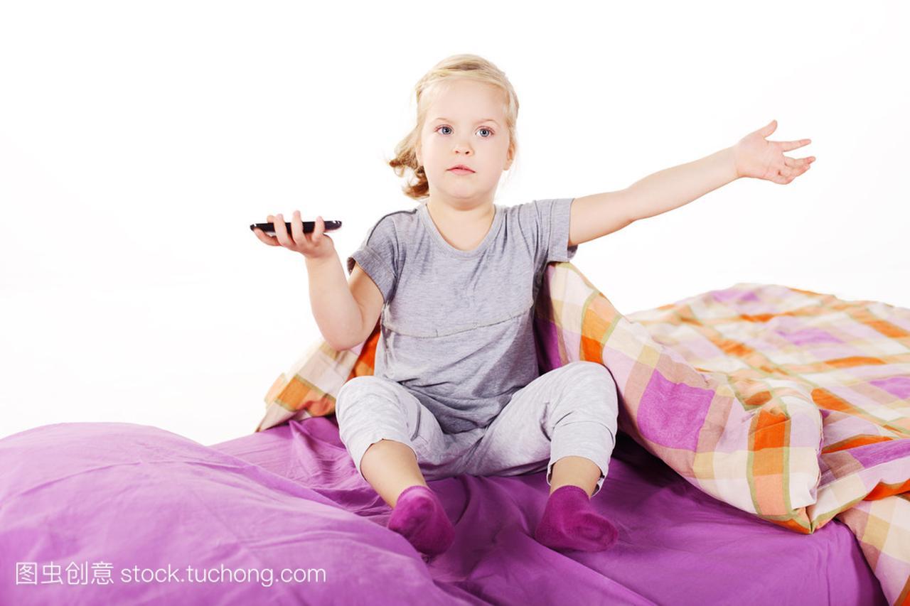 可爱的枕头小姑娘在床上底下笑着躺在女生,紫摩羯属羊金发图片