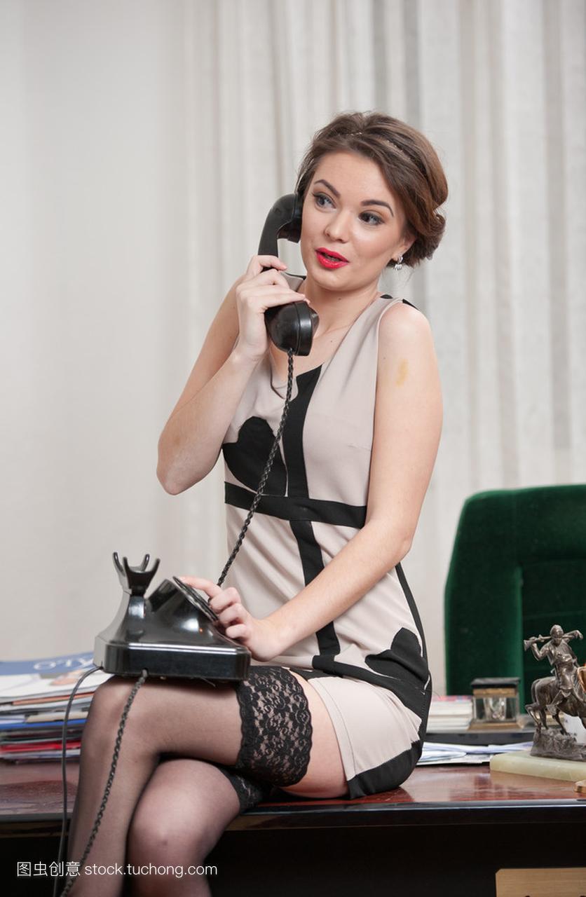 乐的v女人有女人的魅力,穿一件高雅的连衣裙和2012性感刘真图片