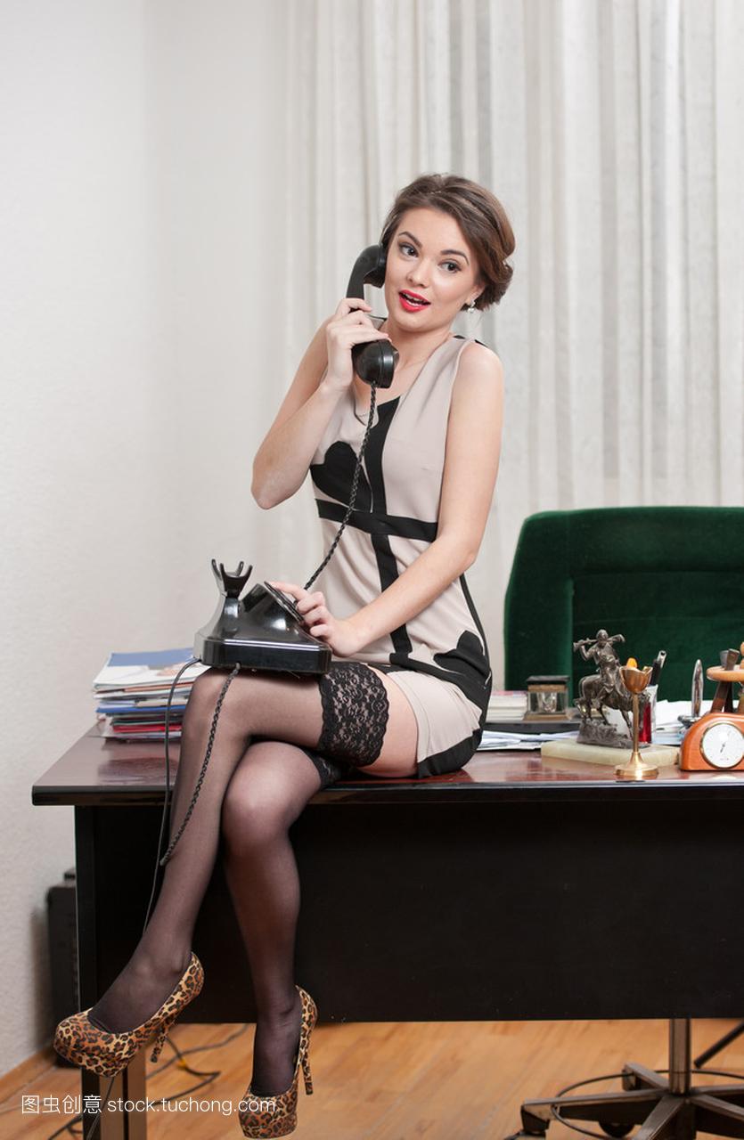 乐的v兴趣有兴趣的男人,穿一件高雅的连衣裙和魅力女人只对性感图片
