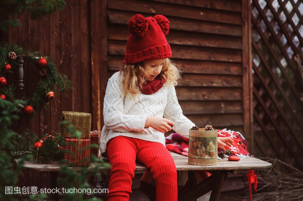 a围巾的围巾孩子在顶帽子的女孩和红色圣诞别墅礼物罗本的图片
