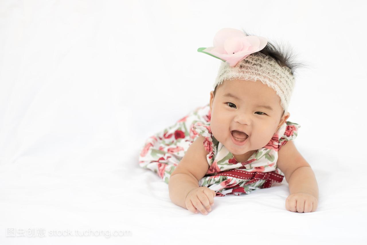 可爱的小宝宝与头带女生小女孩v头带着技术玫瑰好开车图片