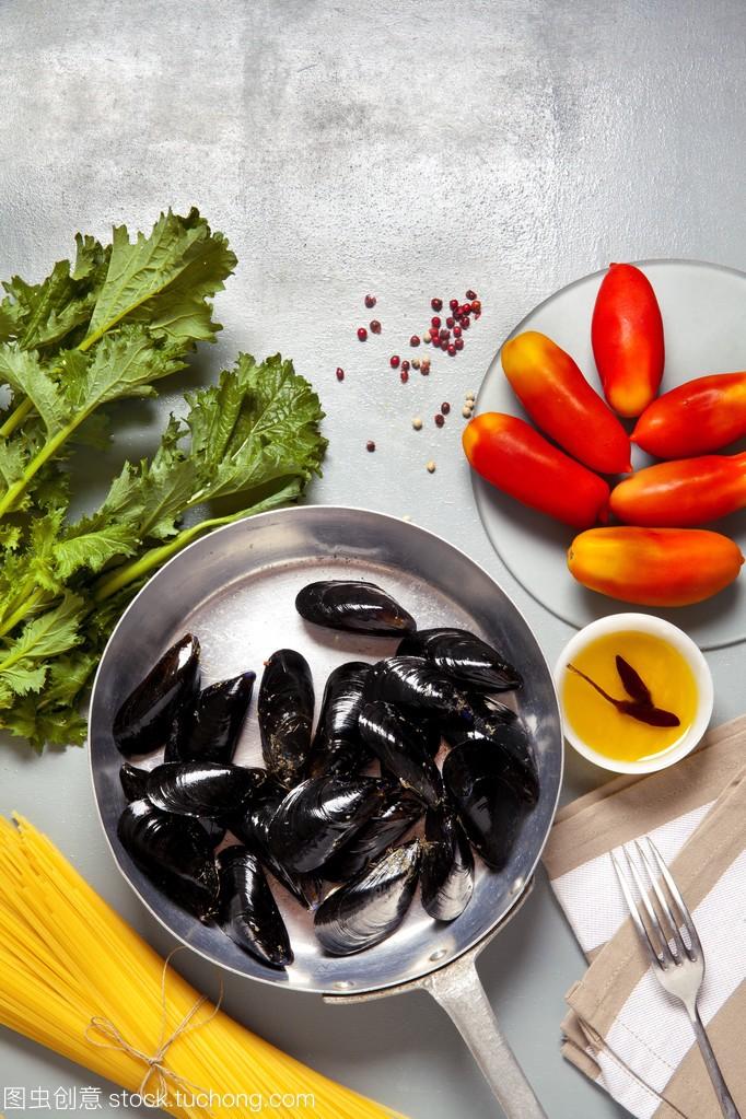 食谱在锅里,贻贝。与意大利洋葱面条和罗宋汤成分图片