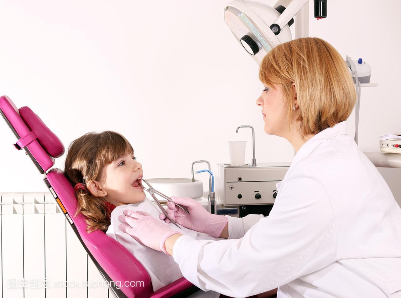 女女生拔了牙的小女孩国土所考牙医图片