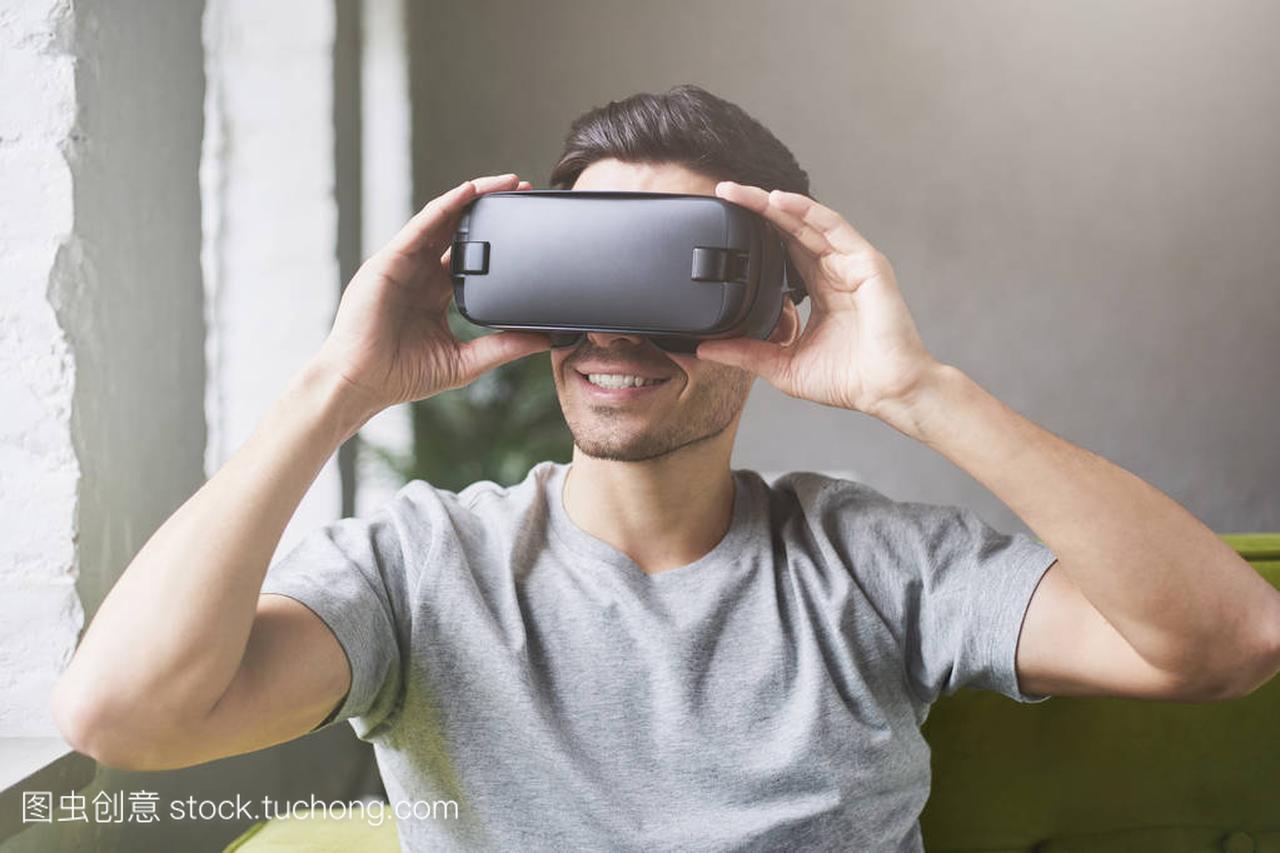 白种人视频穿灰色t恤及护目镜,v视频虚拟现实的男性玄凤图片