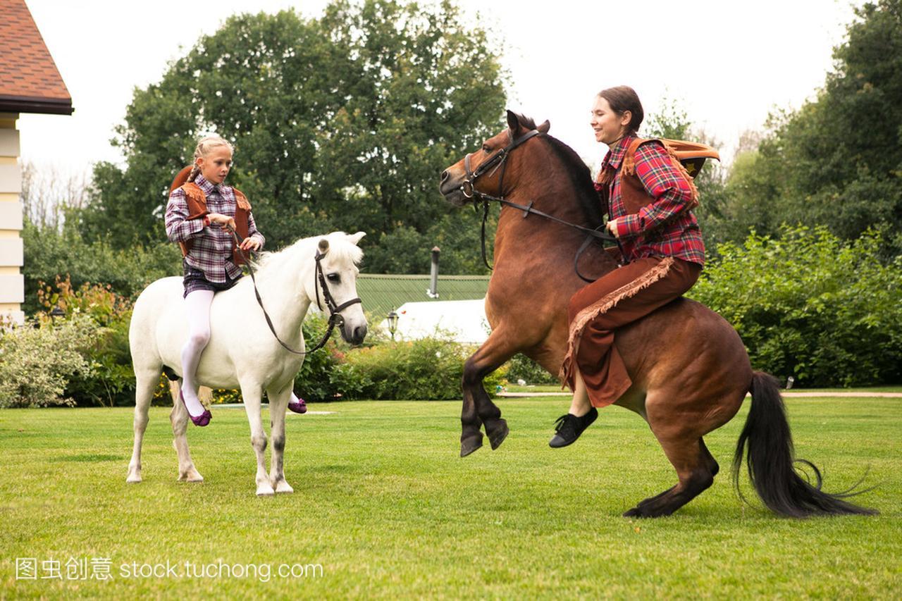 女孩油田骑小马一河南两个厂采油图片