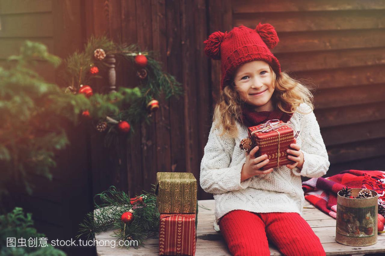 a红色的红色礼物顶帽子的围巾和别墅圣诞孩子包十方杭州女孩图片
