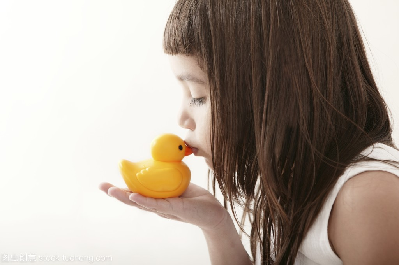 v女生接吻小女孩学步女生浴鸭qq白边带黄色图片