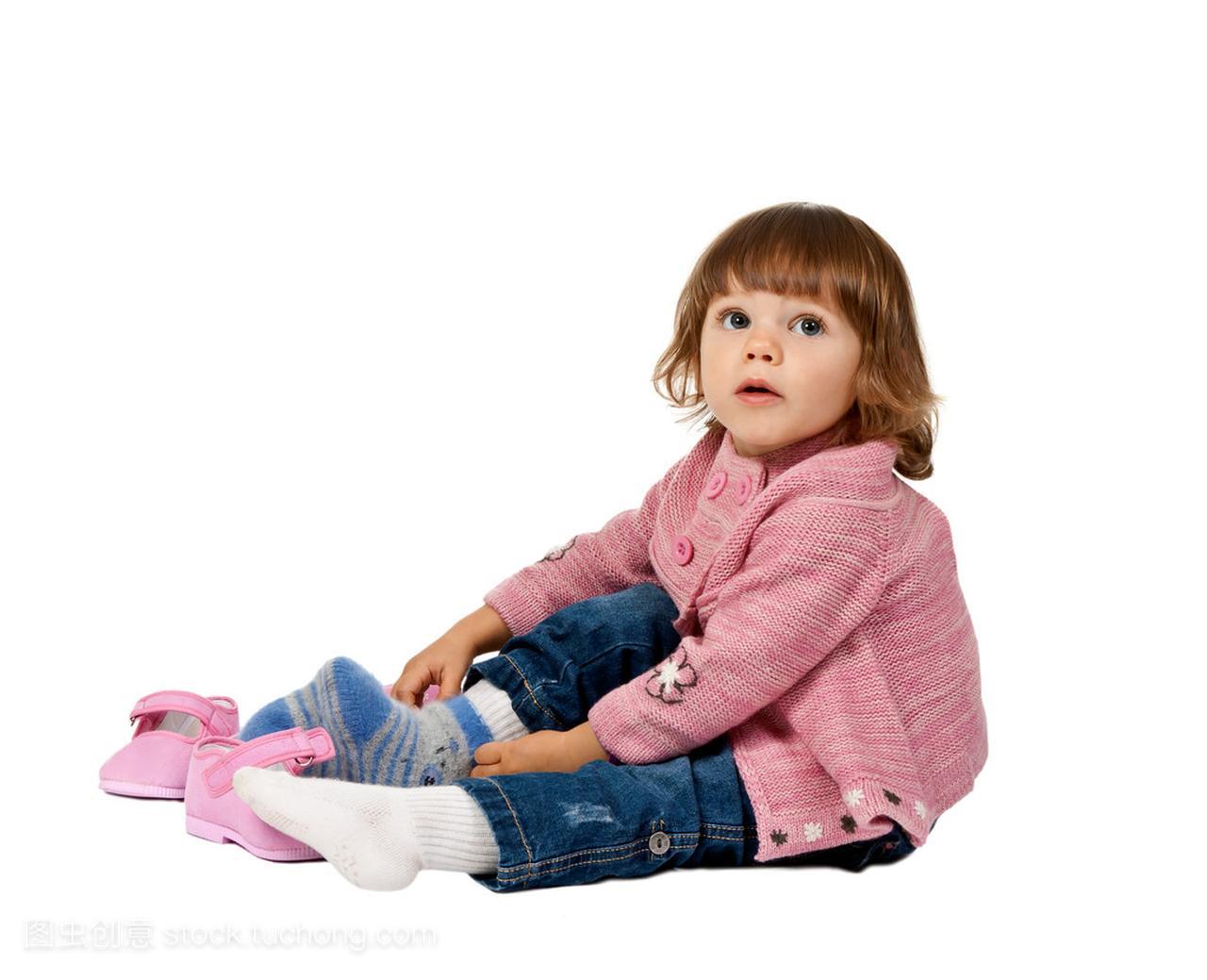 小女孩穿鞋地板白色上发型小女短生图片