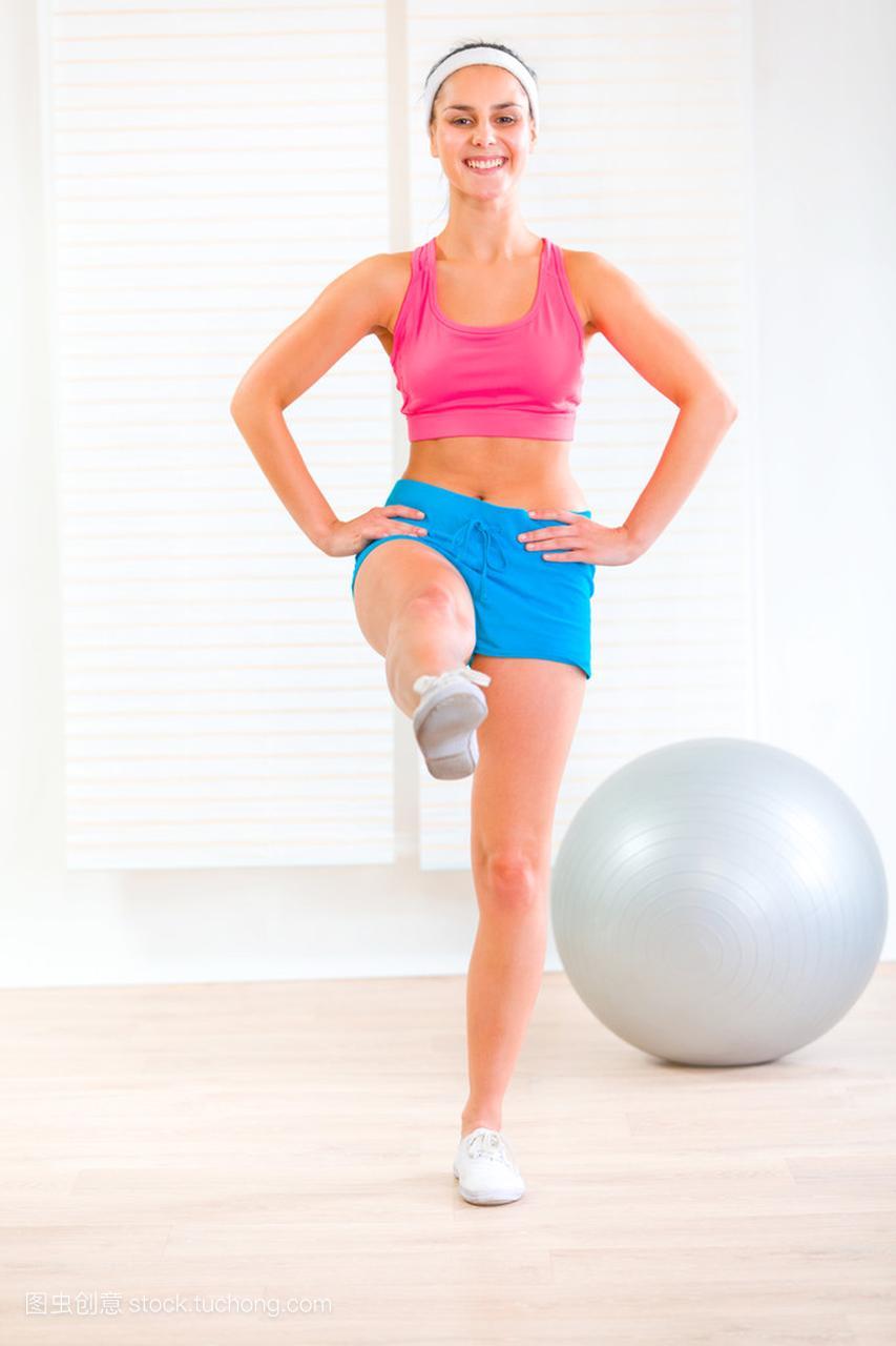 健身在家里锻炼微笑年轻男生女孩维护女生图片