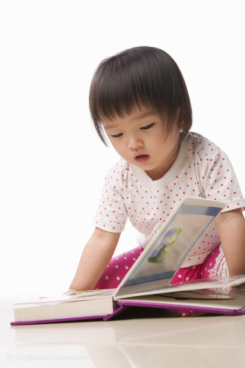 小的女生读的书的尿孩子尿歪图片
