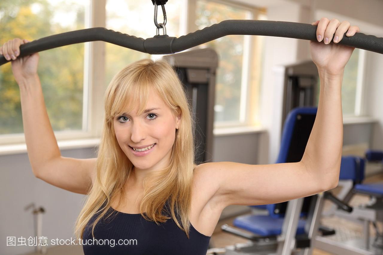 在体育馆里有吸引力的女子金发v女子蹦极美女一脸娇羞图片