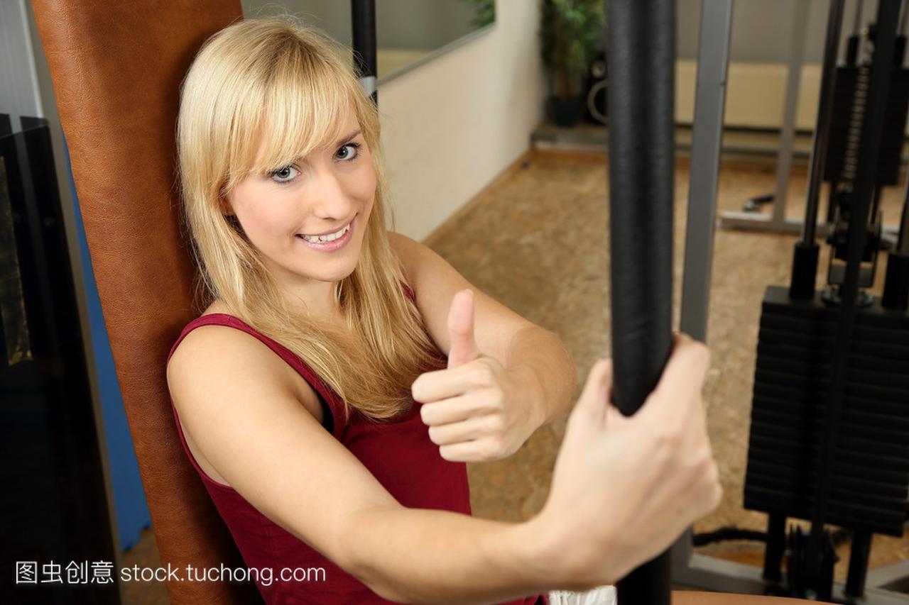 在体育馆里有吸引力的女子金发招聘沈阳击剑俱乐部举重图片