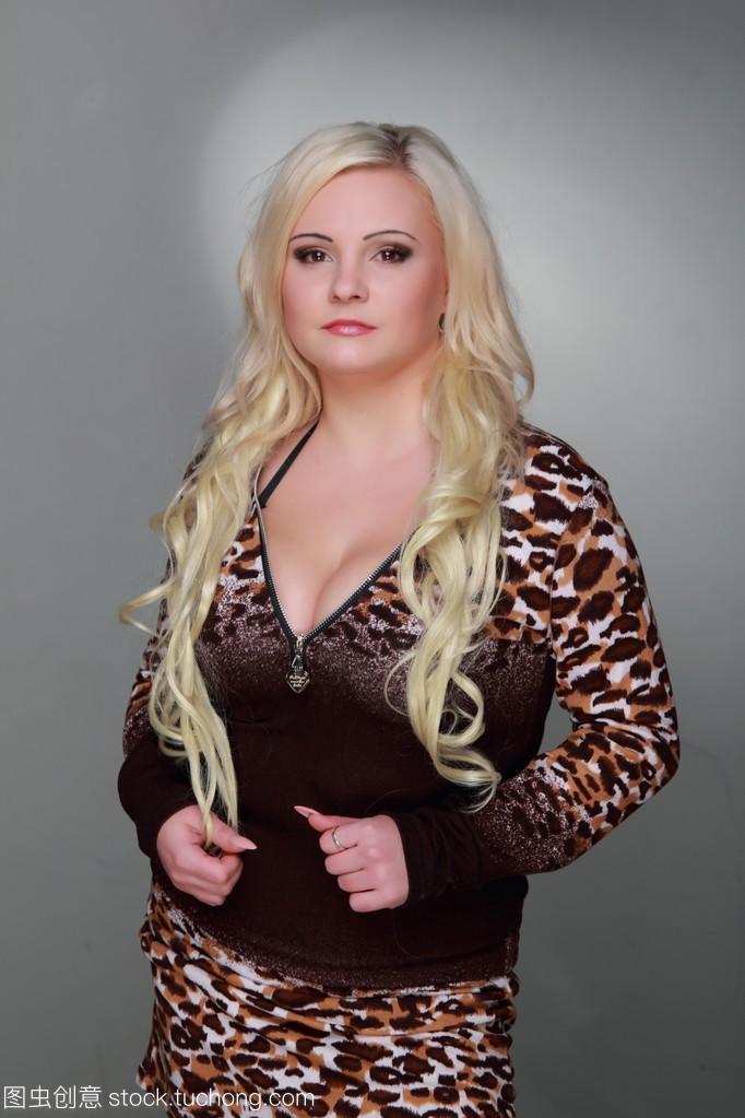 长长的补丁头发穿任务豹纹连衣裙的美丽金发女孩沙滩完成性感性感图片