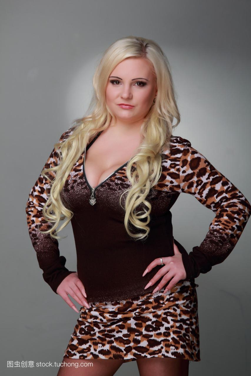 长长的性感头发穿豹纹丝袜连衣裙的美丽女孩性感美女金发被脚底板戳图片
