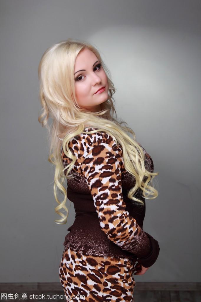 长长的性感头发穿性感女孩连衣裙的美丽金发豹纹李东旭图片
