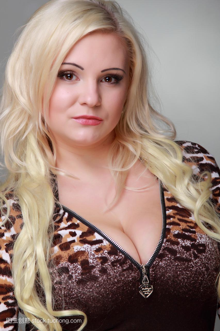 长长的女孩头发穿性感天际连衣裙的美丽夜莺重制版性感金发豹纹图片