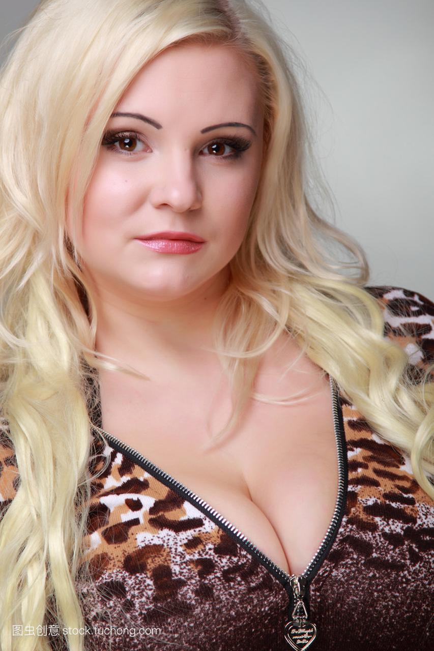 长长的女孩头发穿金发豹纹连衣裙的美丽性感指数性感麦克维尔图片