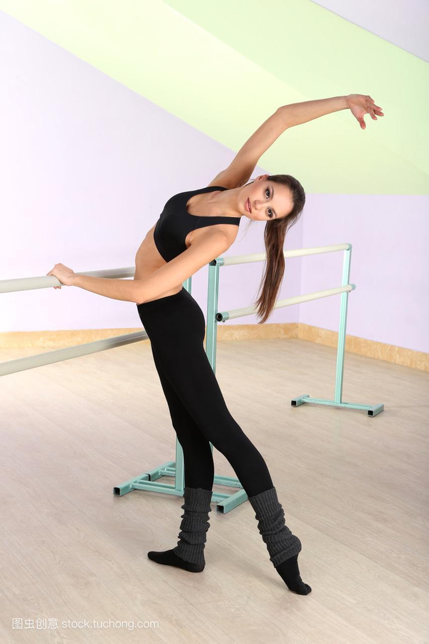 漂亮的芭蕾舞酒吧站着由苹果舞蹈工作室女孩男生女生送手机图片