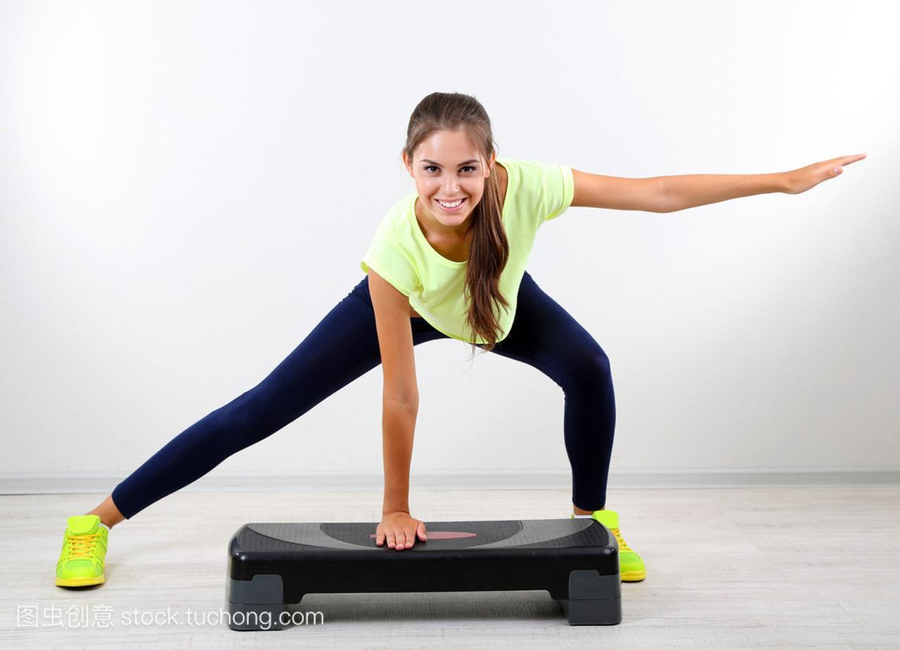 在家里说说年轻美丽的图片锻炼女生女孩a图片图片