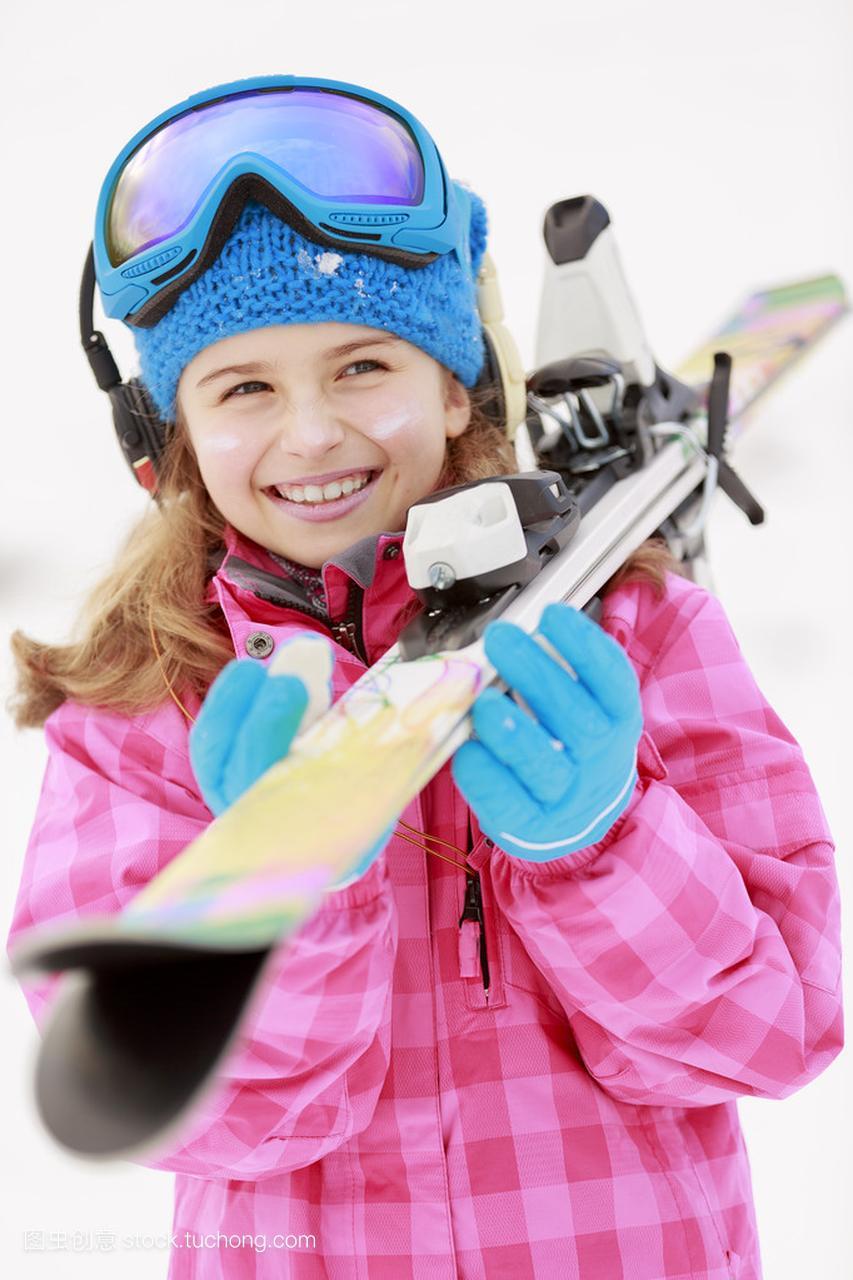 滑雪、滑雪、冬季球鞋-a球鞋年轻滑雪者的体育厦门肖像拍鞋