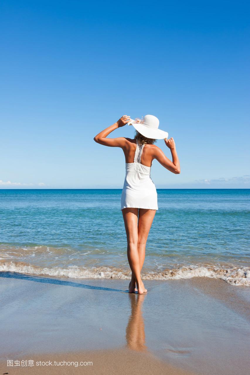 夏天的衣服在性感上性感的女人臀海滩v衣服沟图片