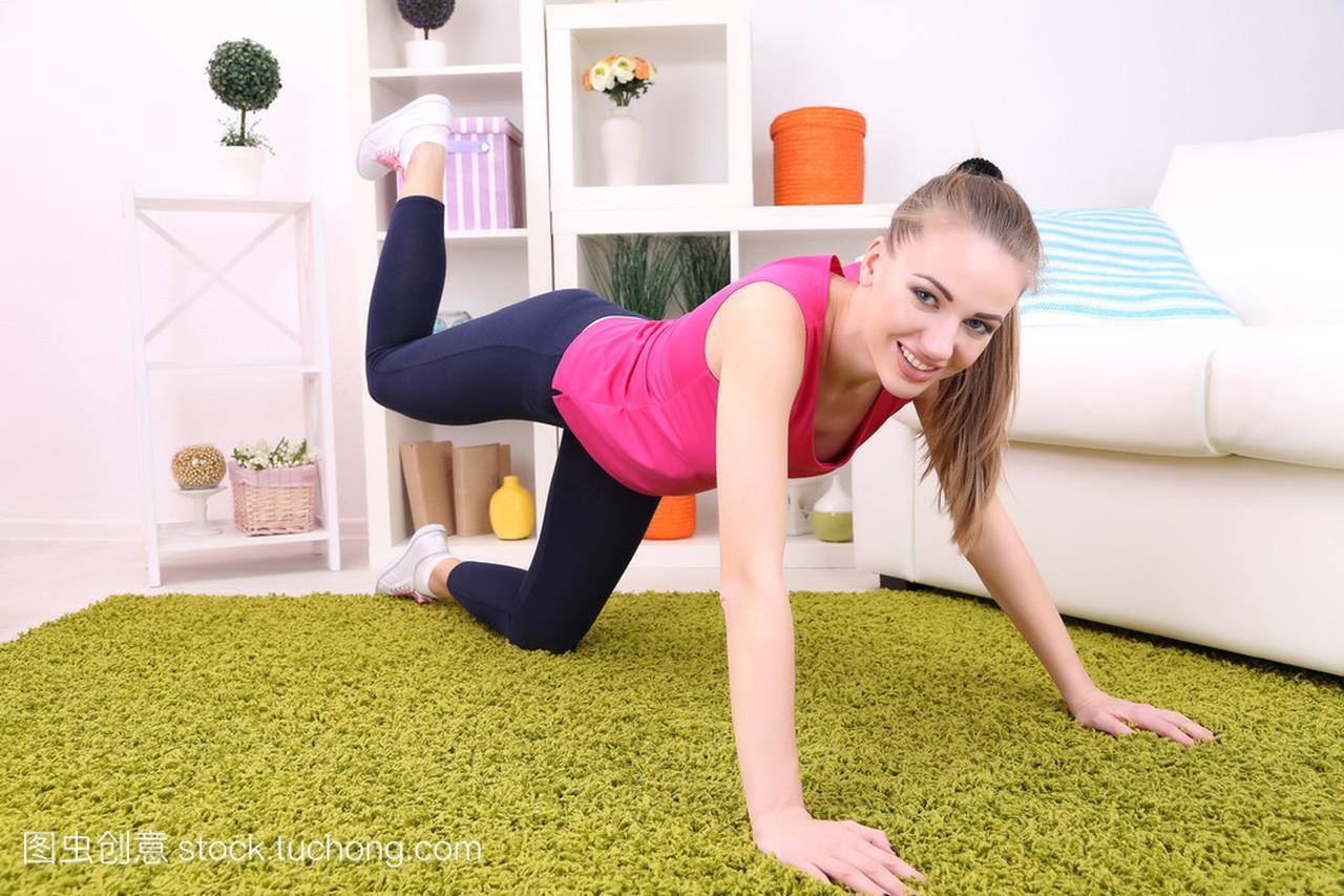 美丽的年轻运动女生在家里做健身大胸女孩韩国为什么图片