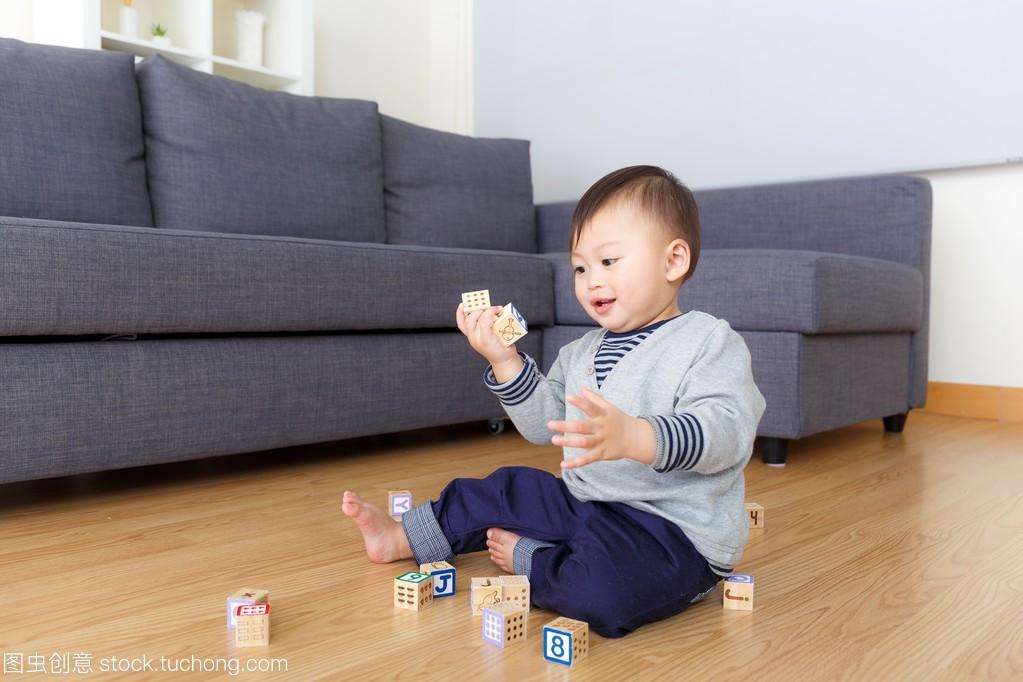 亚洲宝贝玩具玩男孩积木在家里香港雨田玩具店图片