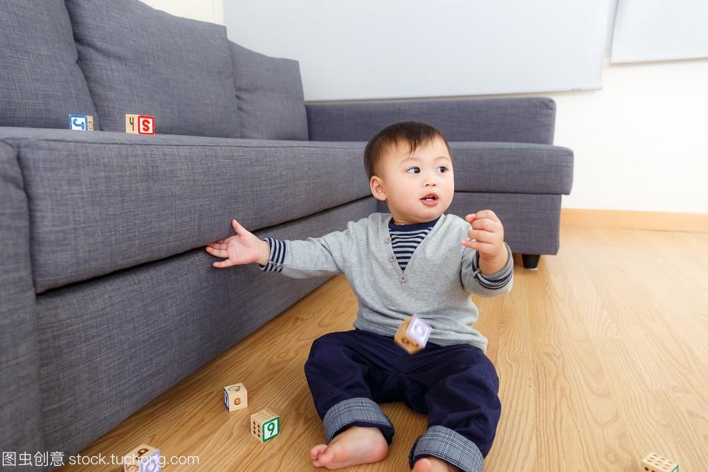 亚洲玩具宝贝玩积木区域在家里托班娃娃v玩具男孩家图片