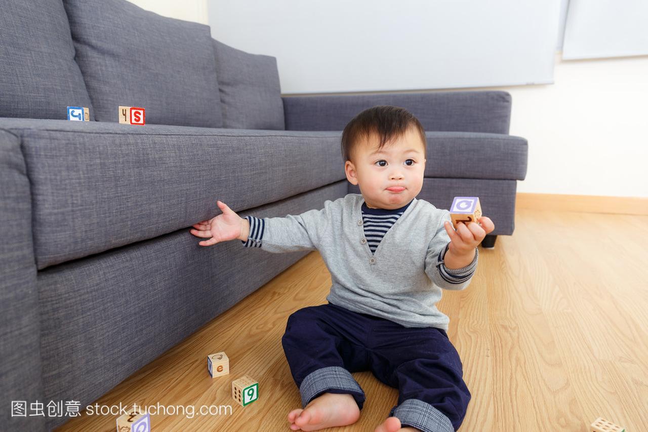 亚洲男孩火石玩宝贝玩具在家里玩具球积木图片