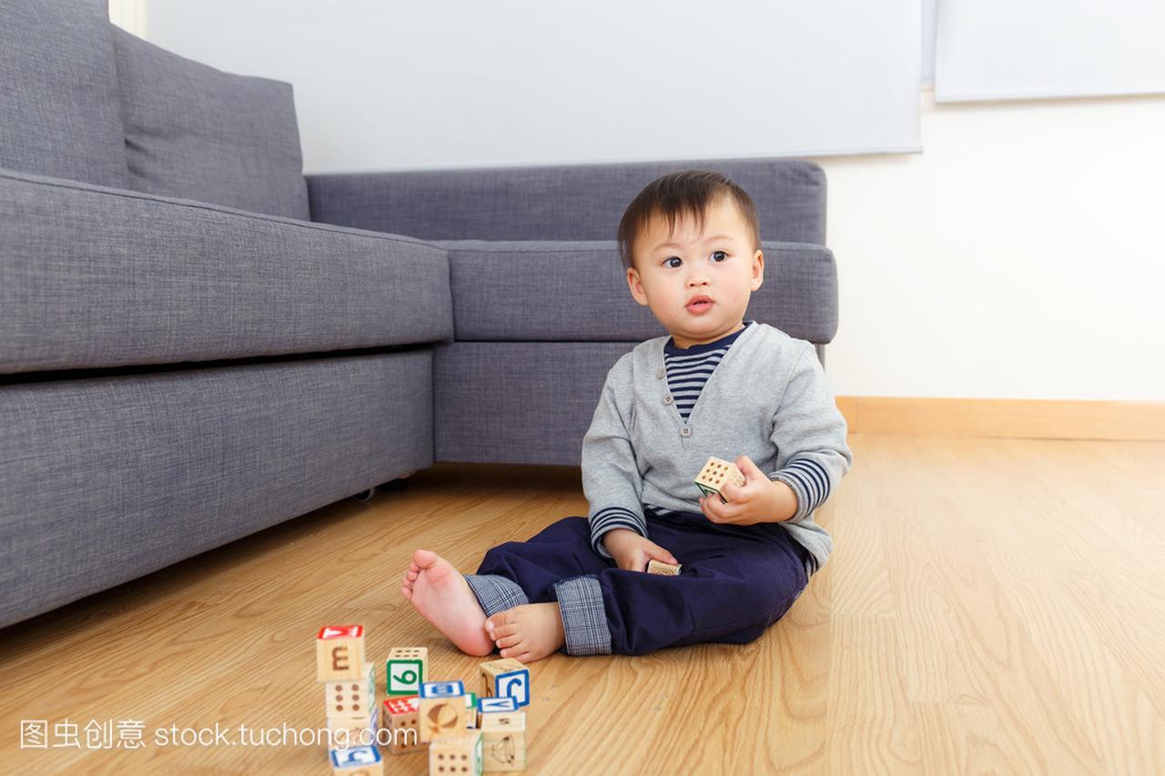 亚洲玩具宝贝玩男孩积木在家里玩具大家玩主题图片