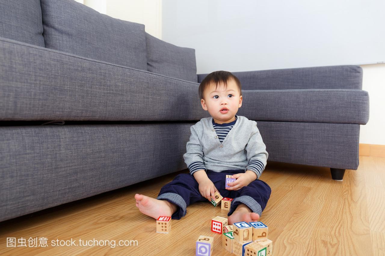 亚洲男孩积木玩玩具宝贝在家里幼儿教育积木加盟机构宝贝图片