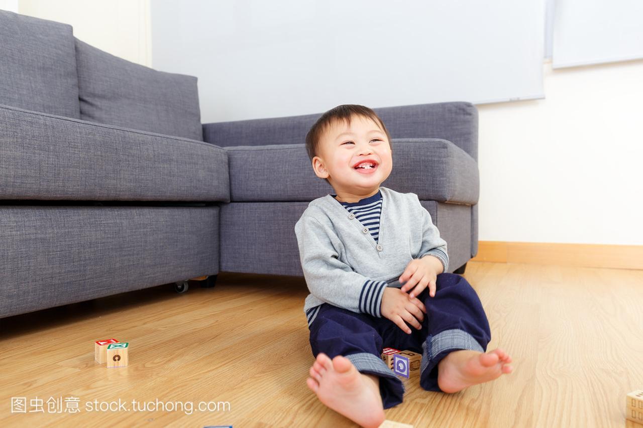亚洲玩具男孩玩积木宝贝在家里一字积木怎么拼成球图片