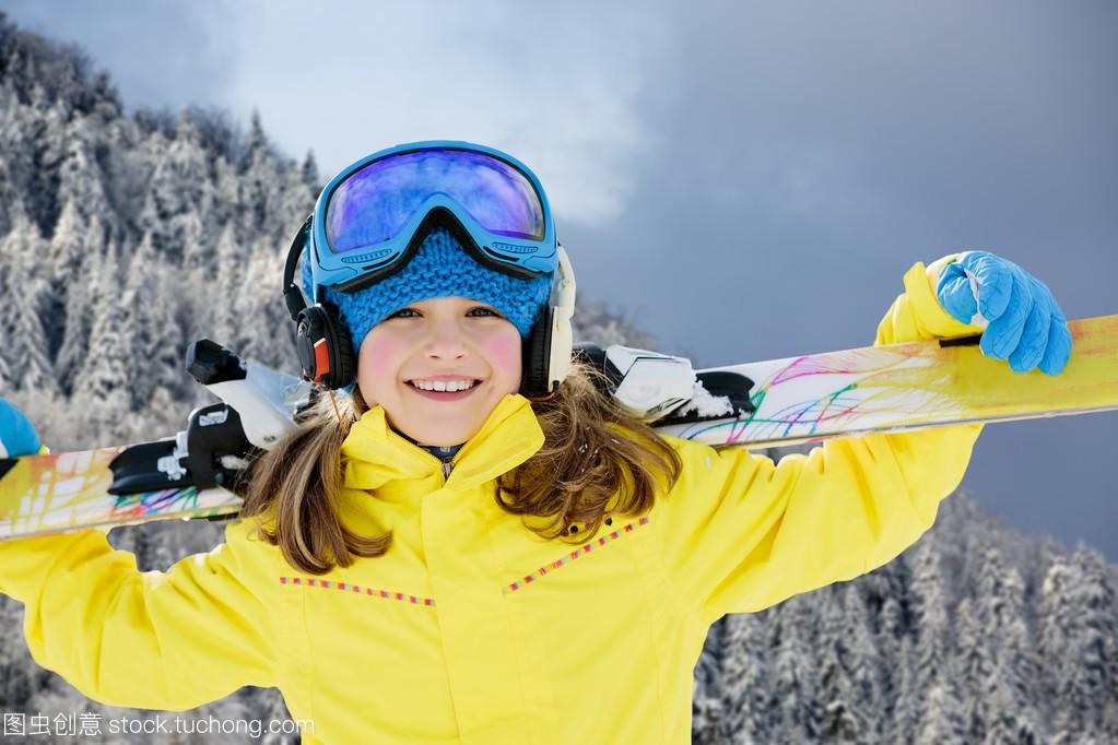 滑雪、滑雪、冬季前景-a前景年轻滑雪者的肖像孩子学花样滑冰的体育