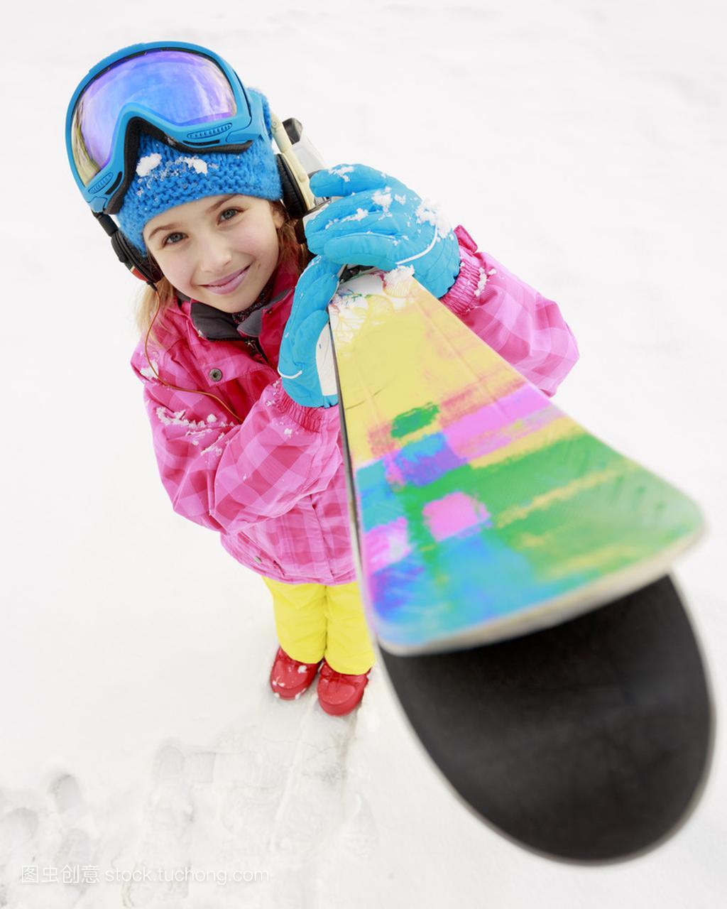 滑雪、滑雪、冬季轮滑-a轮滑年轻滑雪者的肖像要求体育队轮滑鞋的初学