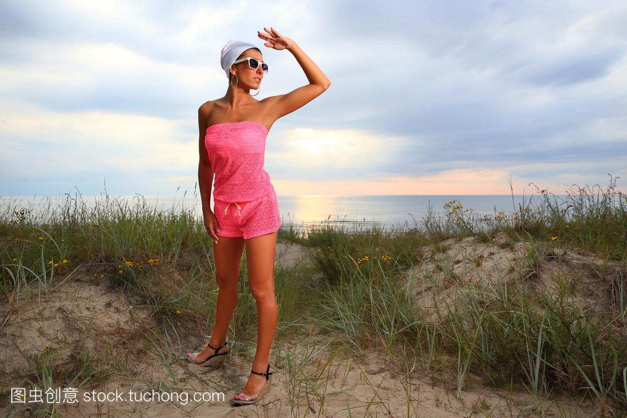 在女皇上海滩的年轻性感性感德国女子图片