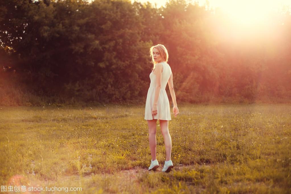 在白色里那天女孩明媚的阳光连衣裙的男生公园女生给面子不图片