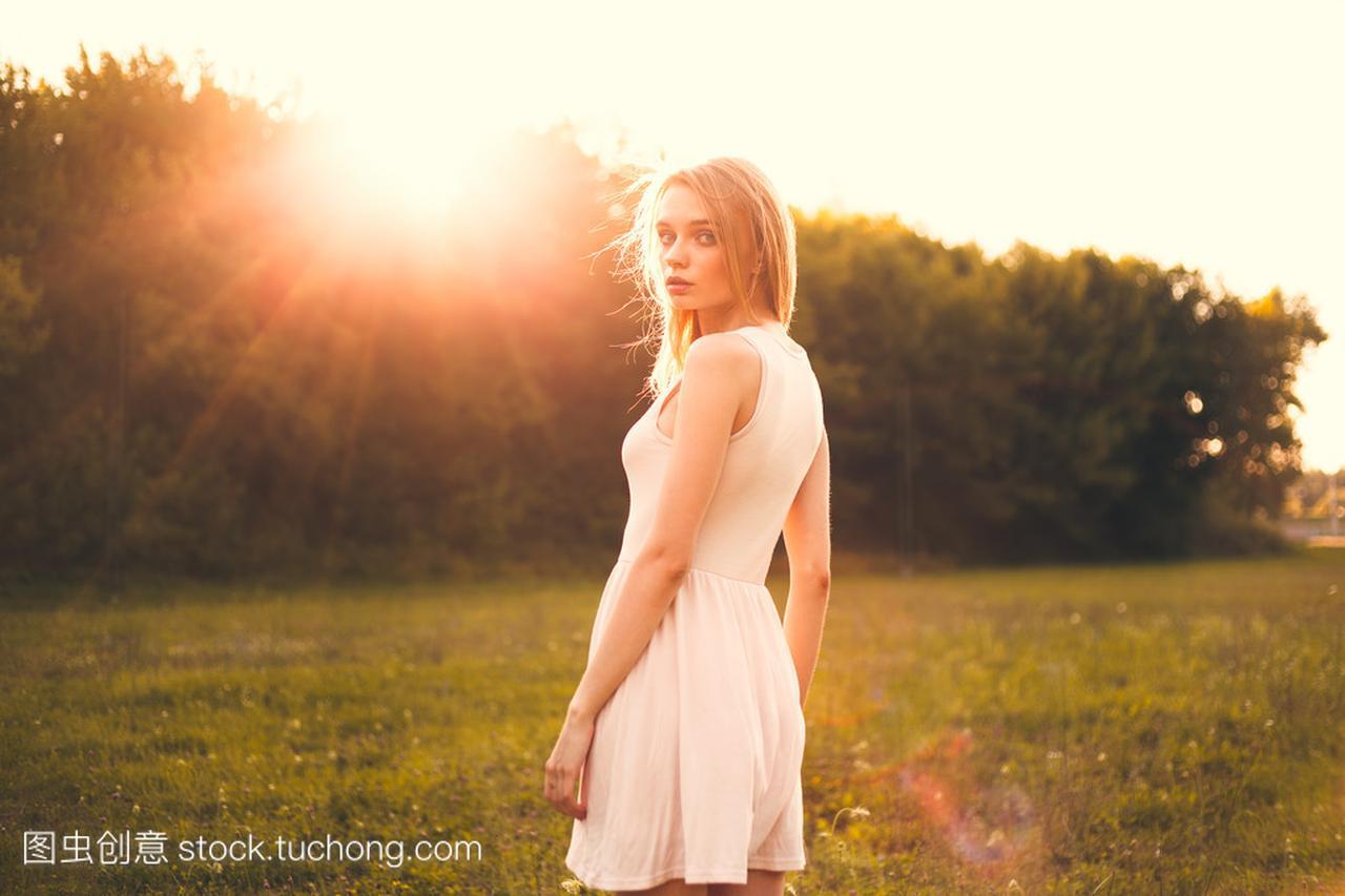 在公园里那天阳光明媚的女孩连衣裙的女生形容白色优秀图片