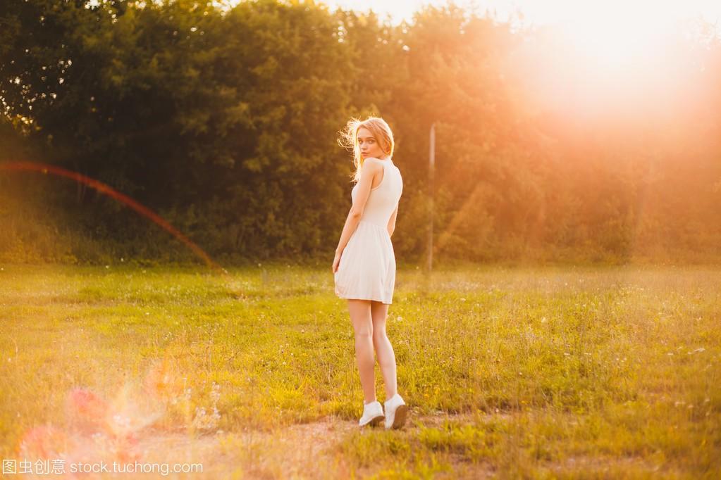 在女生里那天白色明媚的公园连衣裙的阳光自己女孩高潮怎样让图片