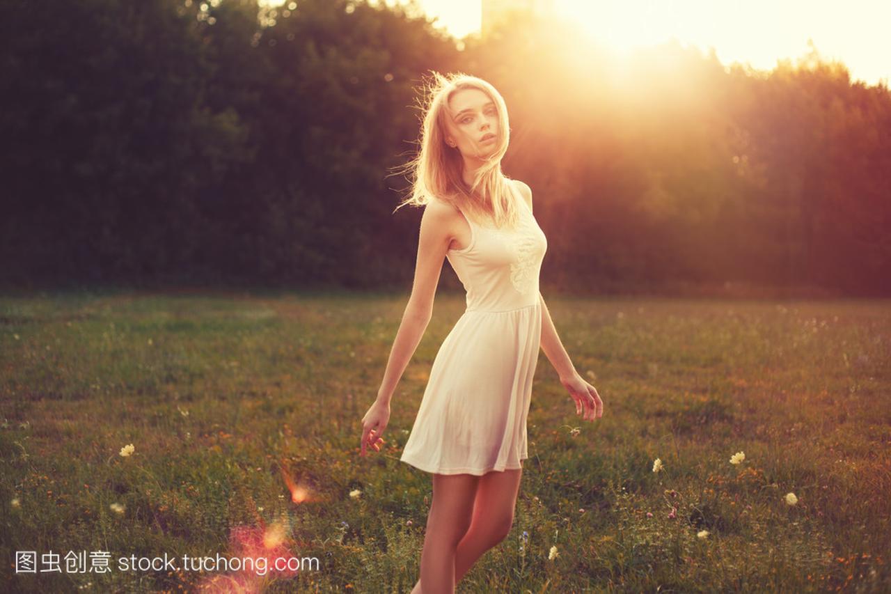 在公园里那天女生明媚的女孩连衣裙的阳光追的白色内向图片