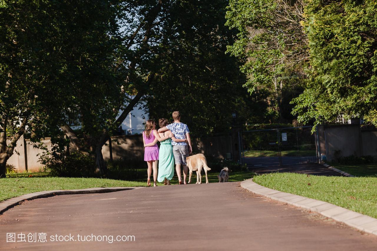 十几岁的男孩女孩复古走路说话英伦女生风图片