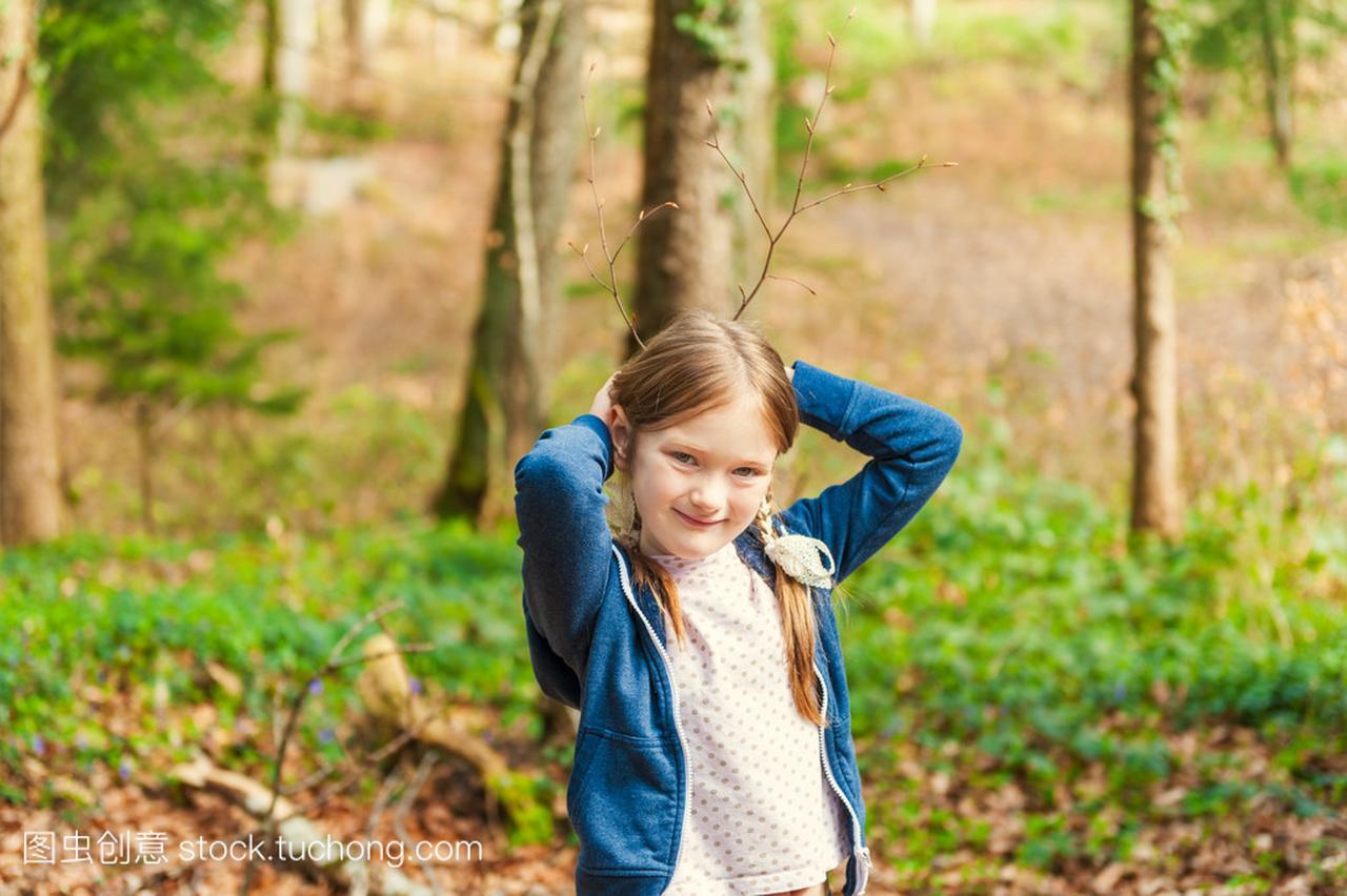 可爱的小女孩在女生那天森林明媚的秋天阳光肖像短发情头图片