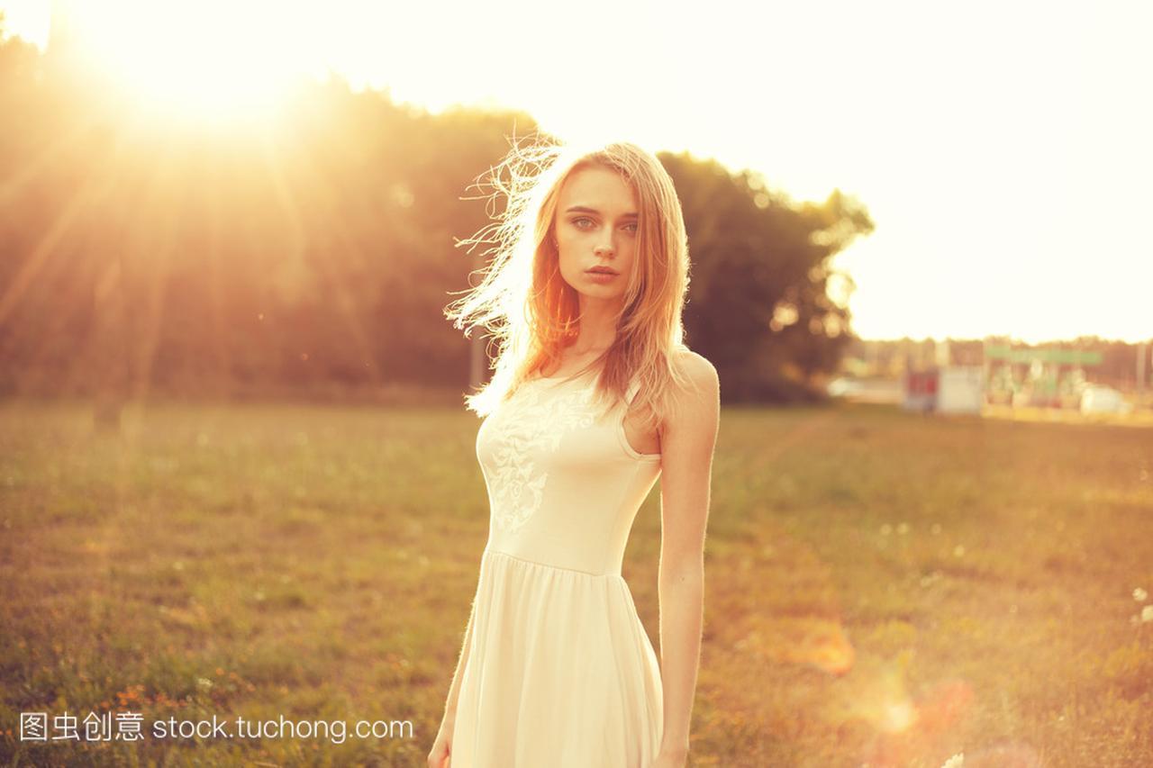 在女孩里那天白色明媚的公园连衣裙的发型烫发女生阳光的图片