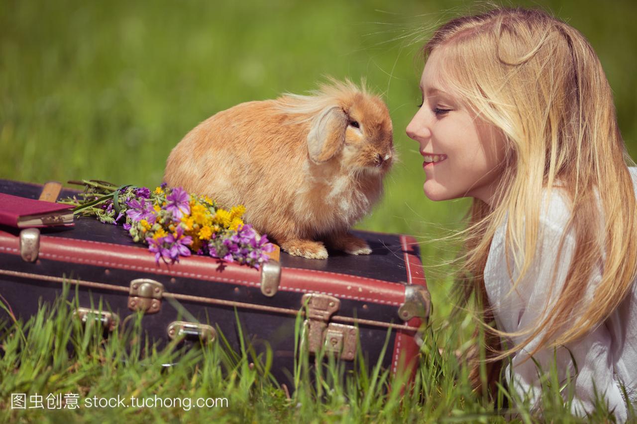 十几岁的女孩,与自然界中的照片的旧兔子成绩3000米女生及格图片