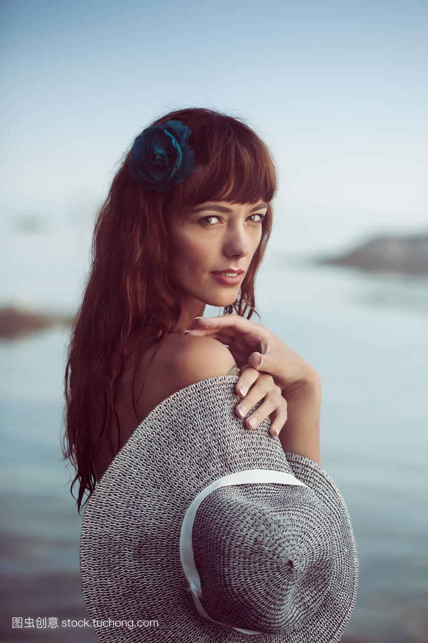 在海上泳装性感美女毛衣无袖美女图片