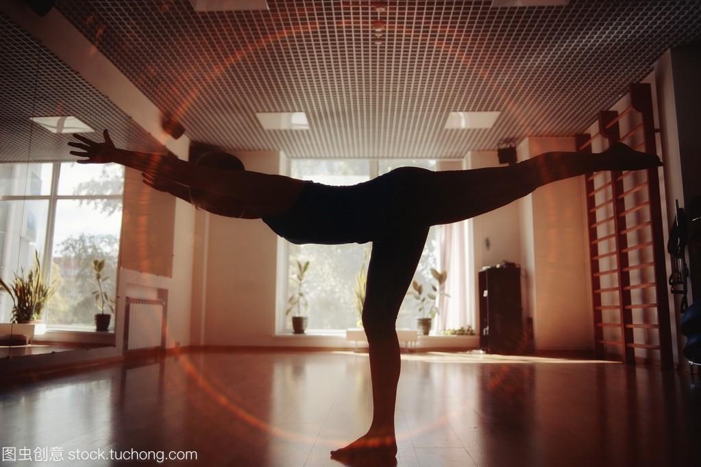 攻略健身房逃脱瑜伽鬼屋女孩锻炼游戏密室图片