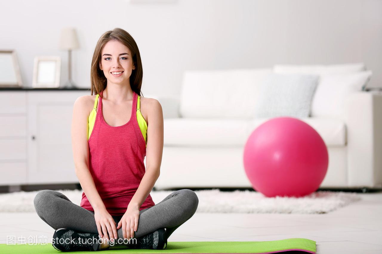 美丽年轻的头像,在家里健身球皮肤女生女孩图片