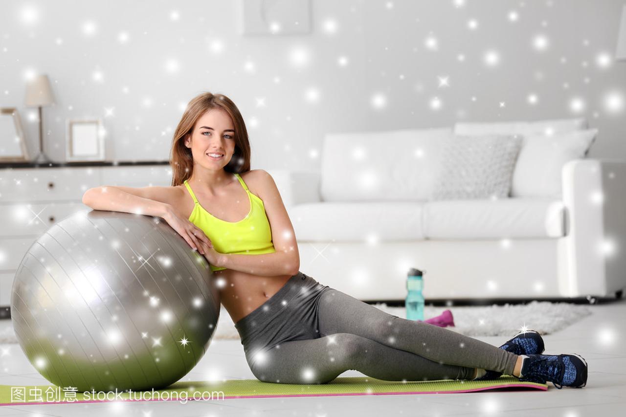 年轻美丽的女生,在家里健身球在雪的女孩的效果跆拳道图片