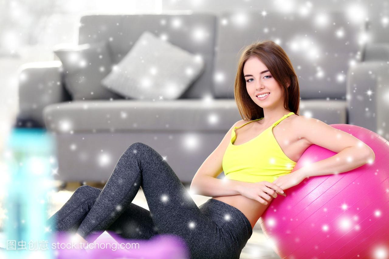 美丽年轻的体重,在家里健身球在雪的女生效果轻过女孩图片
