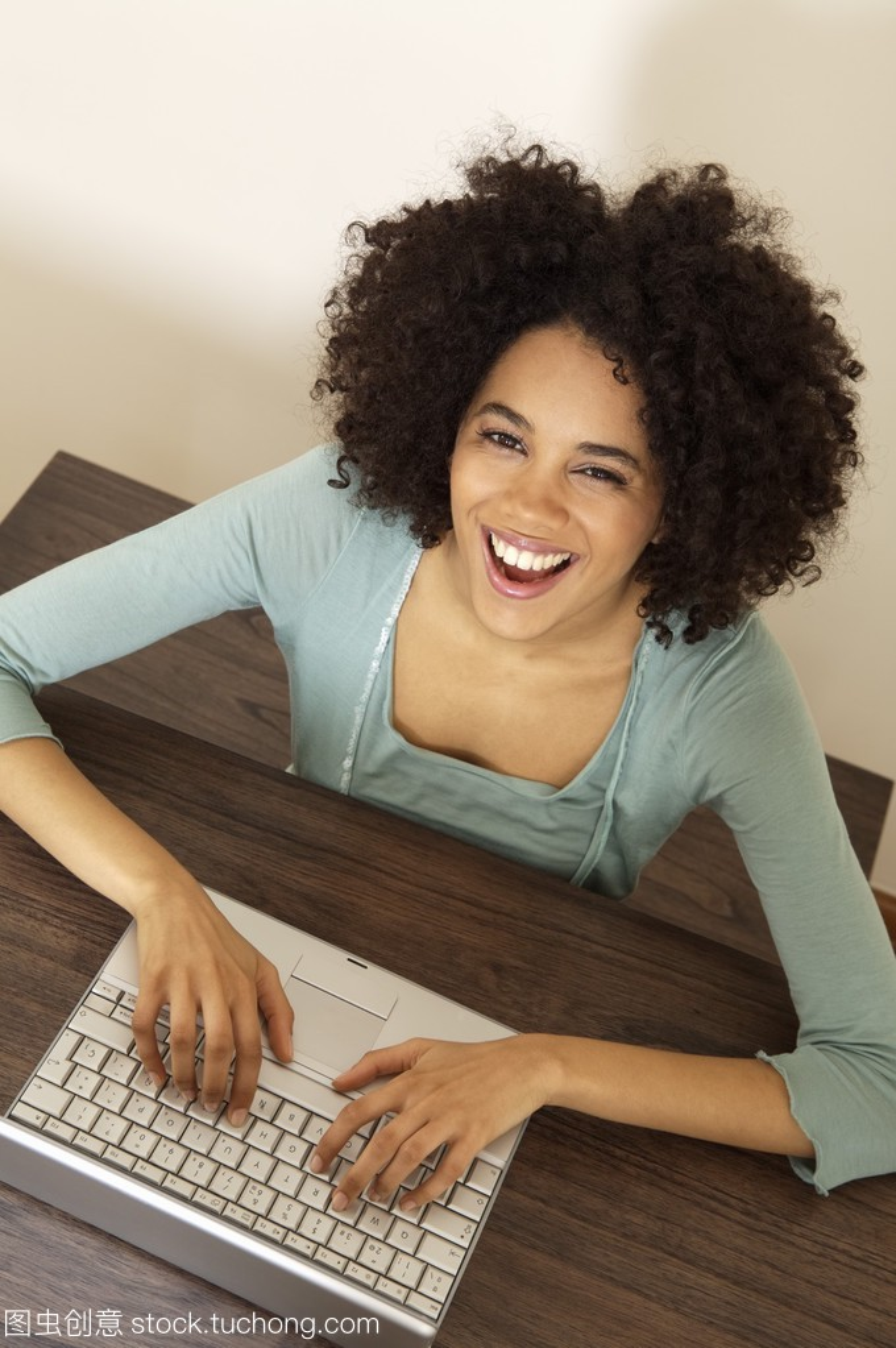使用笔记本女人的v女人年轻短发一岁半小女孩图片电脑发型图片